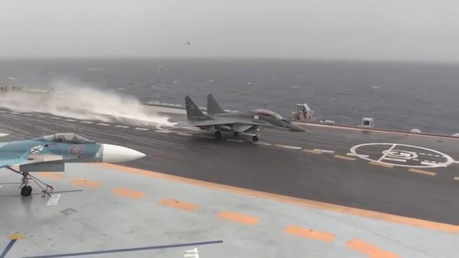 Máy bay chiến đấu Nga xuất kích trên tàu sân bay Đô đốc Kurnestov . Ảnh minh họa video