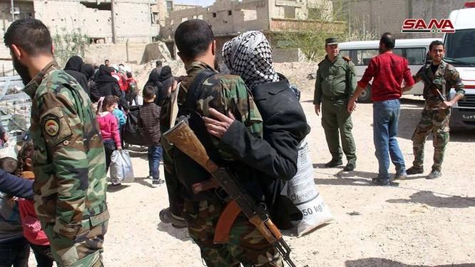 Binh sĩ Syria hỗ trợ người dân di tản từ Đông Ghouta đến Idlib