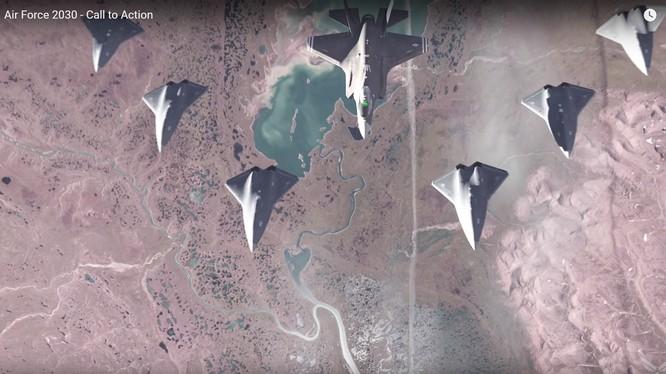 Máy bay tiêm kích tàng hình có thể điều khiển 6 máy bay không người lái khác - ảnh minh họa video