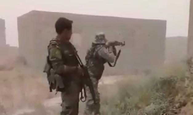 Binh sĩ lực lượng NDF tấn công IS trên khu vực gần căn cứ quân sự T-2 trên vùng sa mạc tỉnh Homs