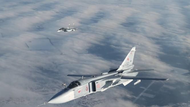 Máy bay ném bom Nga Su-24 cùng Su - 30SM trên không phận Syria