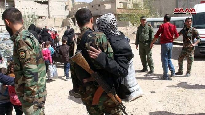 Những người dân Syria chạy khỏi thị trấn Douma - ảnh minh họa video