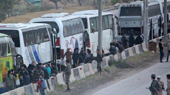 Đoàn xe di tản từ Đông Ghouta về Idlib - ảnh BBC