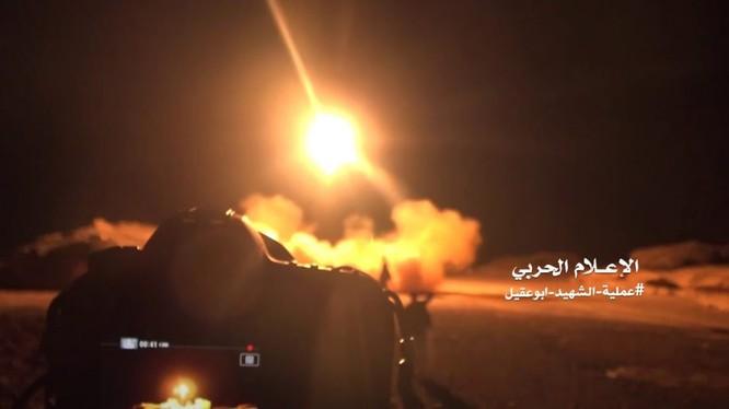 Lực lượng Houthi phóng tên lửa vào căn cứ quân sự và sân bay Ả râpk Xê út - ảnh minh họa Masdar News