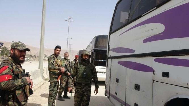 Lực lượng quân đội Syria bản vệ an ninh đoàn xe chiến binh di tản - ảnh minh họa Masdar News