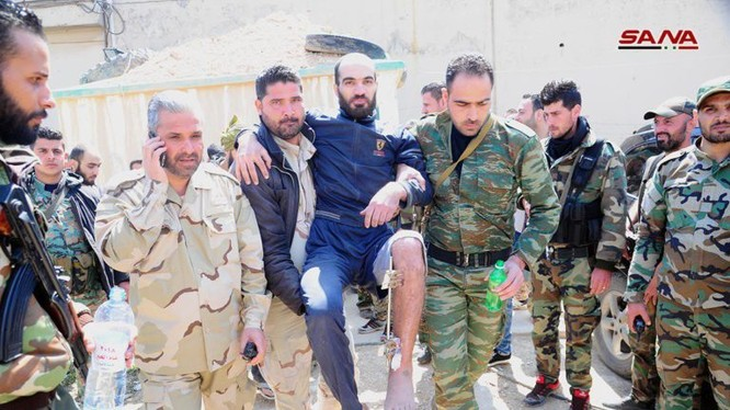 Quân nhân, tù binh Syria được thả ra khỏi nhà tù của nhóm Hồi giáo cực đoan thánh chiến. Anh SANA
