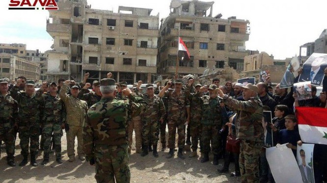 Quân đội Syria kéo cờ ở quận Jobar, Ayn Tarma sau khi lực lượng Hồi giáo cực đoan di tản - ảnh minh hoa video SANA