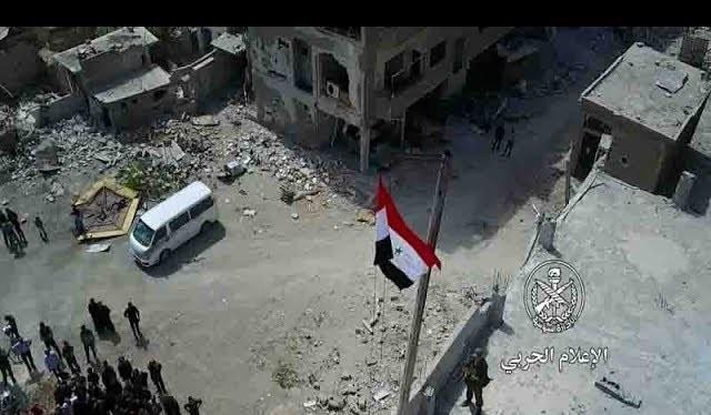 Quân đội Syria thượng cờ trên nóng ngôi nhà cao tầng ở quận Jobar - video truyền thông quân đội Syria