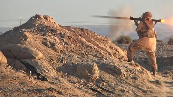 Một tay súng khủng bố IS tấn công lực lượng dân quân người Kurd trên chiến trường Deir Ezzor. ảnh minh họa trang Amaq của IS