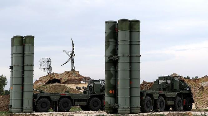 Hệ thống tên lửa S-400 Triumf S-400 Triumf của Nga tại căn cứ quân sự Nga Hmeimim ở tỉnh Latakia ở tây bắc của Syria vào ngày 16.12.2015. / AFP / Paul GYPTEAU
