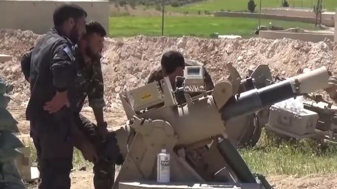 Quân đội Mỹ lắp đặt tên lửa chống tăng TOW trên vùng ngoại vi thành phố Manbij. ảnh minh họa video