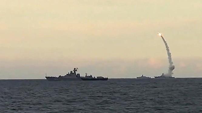 Hải quân Nga phóng tên lửa hành trình Kalibr ngoài khơi biển Địa Trung Hải