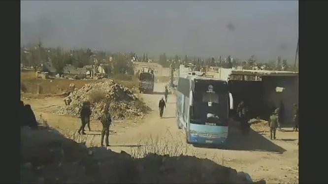 Đoàn xe buýt di tản lực lượng Hồi giáo cực đoàn về phía bắc Syria. Ảnh minh họa video Ruptly