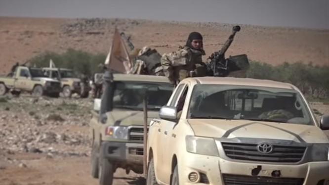 Nhóm Maghawir as-Sahraa thuộc lữ đoàn Tử vì đạo Ahmad Abdo chuẩn bị chiến đấu cùng IS. Ảnh Masdar News