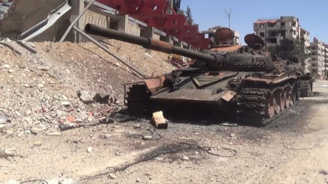 Xe tăng nhóm Jaysh al-Islam trên đường phố Douma vừa giải phóng anh minh họa video