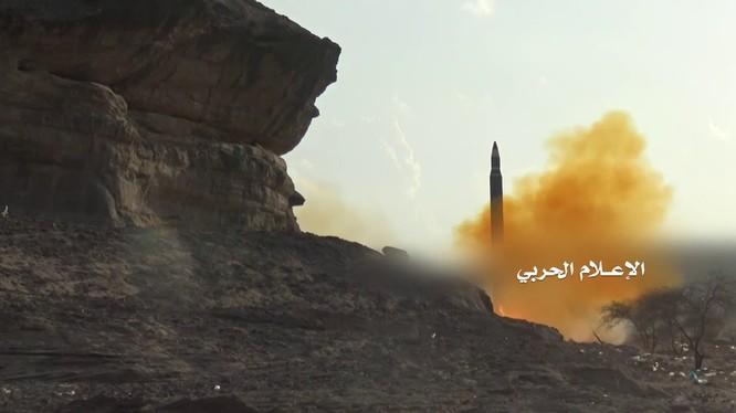 Lực lượng Houthi phóng tên lửa đạn đạo vào Ả rập xê út - ảnh minh họa video truyền thông Houthi