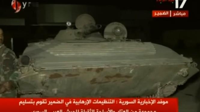 Lực lượng Hồi giáo cực đoan giao nộp xe bộ binh chiến đấu BMP-1 cho quân đội Syria. Ảnh minh họa video Alikhbaria Syria