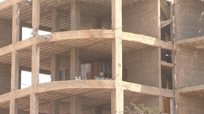 """Ngôi nhà cao tầng, phía hầm ngầm chính là nhà tù nổi tiếng Al-Tawba (Nhà tù dành cho người kháng chiến) """"Prison of Repentance"""", ảnh minh họa MasdarNews"""