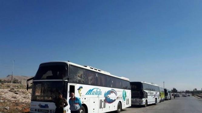 Đoàn xe vận chuyển các tay súng cực đoan di tản về hướng bắc Aleppo