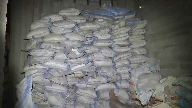 Các túi chất hóa học hexamine voiiws số lượng lớn ở Douma. Anh mimh họa video Ruptly