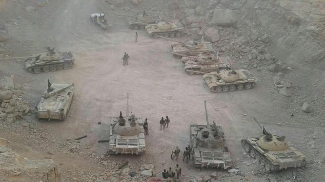 Quân đội Syria thu giữ nhiều tăng thiết giáp của lực lượng Hồi giáo cực đoan. Video Syrian Reporters