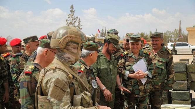 Thiếu tướng Suheil Al-Hassan trong đoàn bộ tổng tham mưu Syria tại thị trấn vừa giải phóng Dumayr. Ảnh minh họa ANNA News