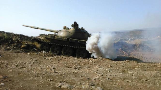 Xe tăng quân đội Syria tấn công trên vùng ngoại ô thủ đô Syria, thành phố Damascus. Ảnh minh họa Masdar News