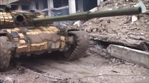 Xe tăng quân đội Syria hành tiến trong quận Hajar al-Aswad, khu vực phía nam thủ đô Damascus