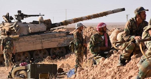 Binh sĩ lực lượng NDF phòng ngự trên chiến trường phía đông Deir Ezzor