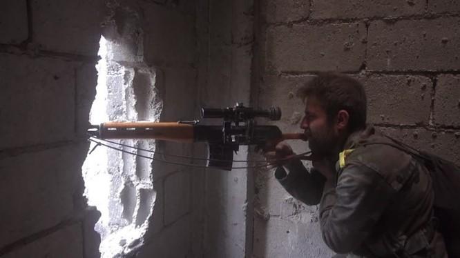 Binh sĩ Vệ binh Cộng hòa quân đội Syria giao chiến với IS ở quận Hajar al-Aswad, ngoại ô Damascus. Anh minh họa video Ruptly