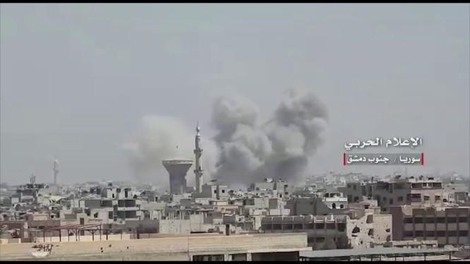 Quân đội Syria, chủ công là Vệ binh Cộng hòa tấn công quận Hajar Al-Aswad. Anh minh họa video SAMA