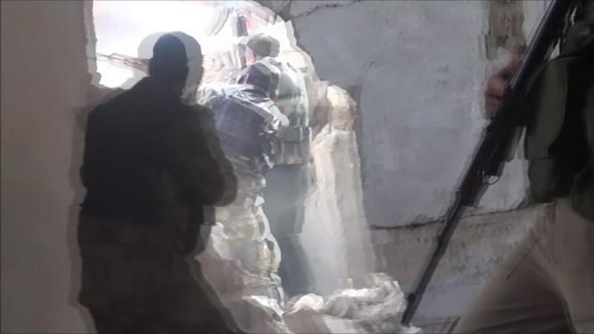 Binh sĩ quân độ Syria chiens đấu trong quận Hajar al-Aswad. ảnh minh họa video SANA