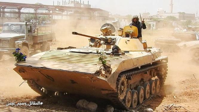 Xe thiết giáp Vệ binh Cọng hòa trên đường phó quận ngoại ô al-Hajar al-Aswad, ảnh Masdar News