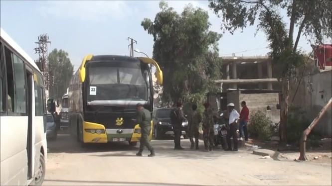 Các xe buýt di tản chiến binh nổi dậy trên vùng ngoại ô phía nam Damascus - ảnh minh họa Masdar News