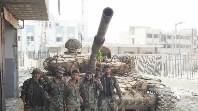 Quân đội Syria trên chiến trường quận Hajar Al-Aswadb sau khi giải phóng. ảnh Masdar News