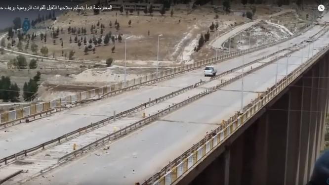 Toàn cảnh tuyến đường cao tốc và cầu Rastan - ảnh minh họa trang tin đối lập Syria