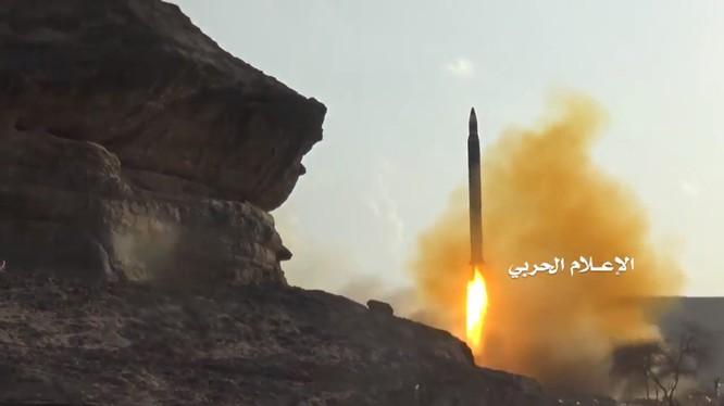 Lực lượng Houthi phóng tên lửa vào chiến tuyến của lực lượng liên minh quân sự Ả rập Xê út. Ảnh minh họa video