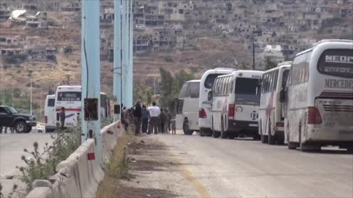Đoàn xe buýt di tản chở các chiến binh Hồi giáo nổi dậy rời thị trấn Rastan và Talbiseh