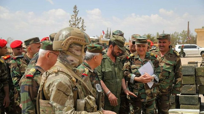 Thiếu tướng Suheil Al-Hassan, tư lệnh trưởng sư đoàn đặc biệt tinh nhuệ Tiger quan sát vũ khí trang bị của lực lượng Hôi giáo cưc đoan ở Rastan. ảnh minh họa ANNA