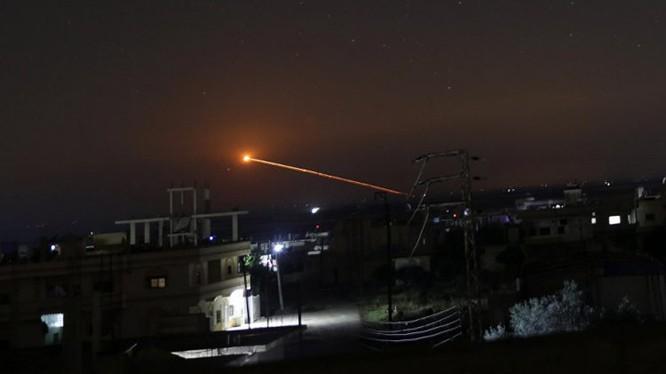 Lực lượng phòng không Syria đánh trả tên lửa Israel trong cuộc không kích. Anh South Front