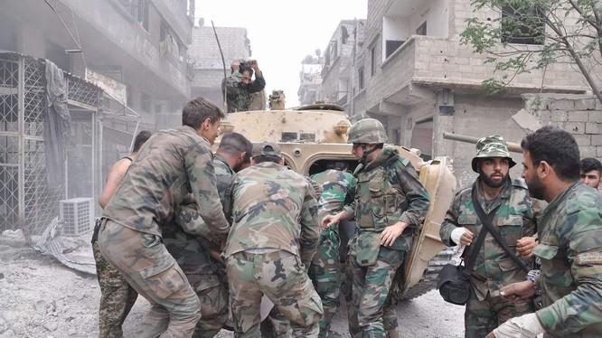 Quân đội Syria tiến công trên đường phố quận Yarmouk, Damascus.