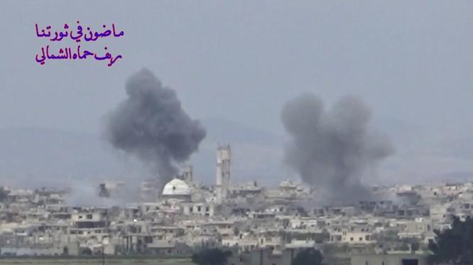 Không quân Nga không kích thị trấn Al-Lataminah. Ảnh minh họa video
