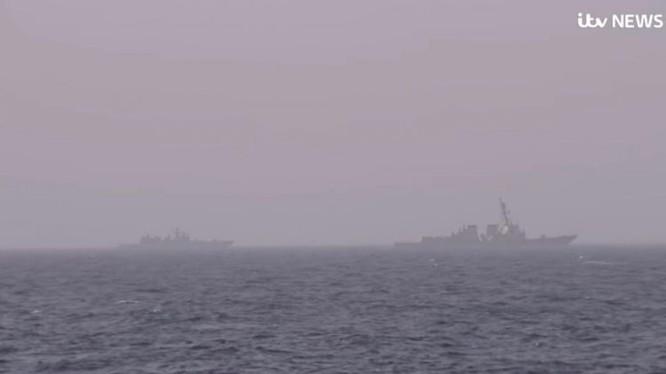 Hai tàu khu trục diệt hạm của Nga đang theo dói tàu sân bay Harry S. Truman. Ảnh minh họa Muraselon