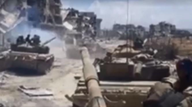 Tăng thiết giáp quân đội Syria tiến công ở quận Yarmouk. Ảnh minh họa video