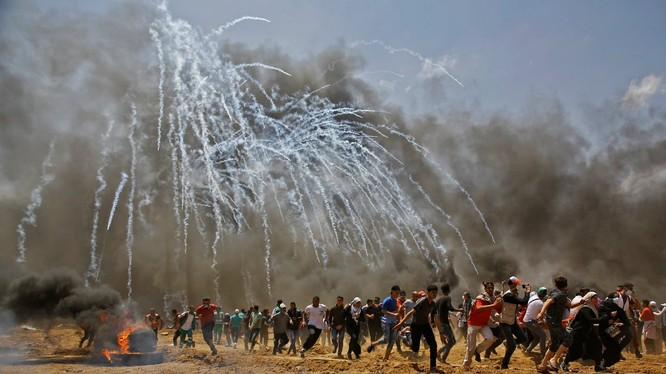 Lực lượng an ninh quân đội Israel bắn đạn chứa hơi cay chống biểu tình. Ảnh Muraselon