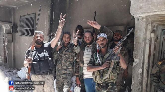 Các binh sĩ Syria và quân tình nguyện Palestine trong các khu phố vừa giải phóng