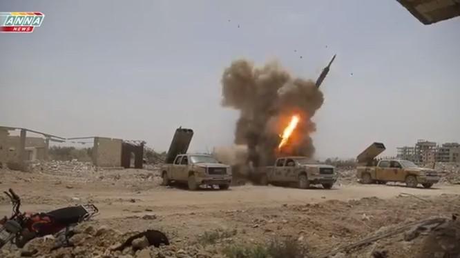 Pháo phản lực lữ đoàn 42 thuộc sư đoàn cơ giới số 4 nhả đạn. Ảnh minh họa video ANNA News
