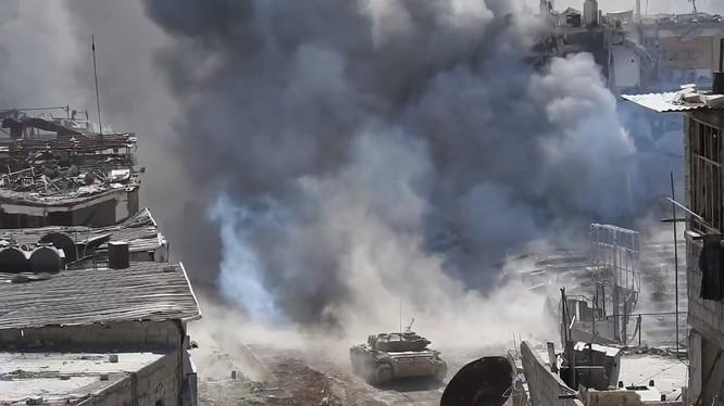 Xe tăng quân đội Syria tấn công quận Yarmouk. Ảnh minh họa Alo-Masdar News