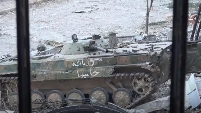 Xe thiết giáp quân đội Syria tấn công IS ở Yarmouk. Ảnh Muraélon