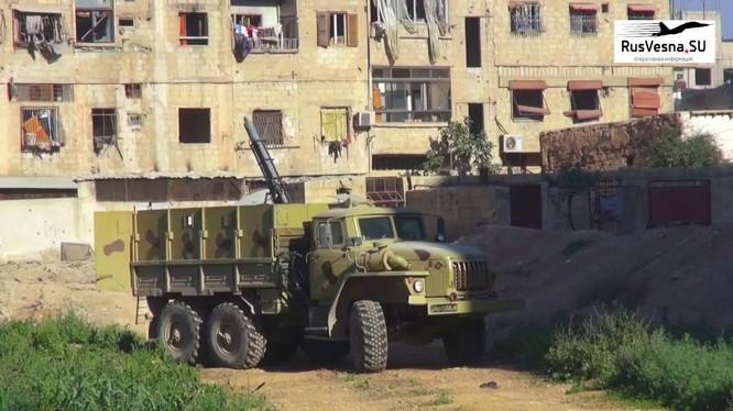 Xe quét mìn UR - 83 tân công IS trong khu vực quận Yarmouk. Anh video Rusvessna